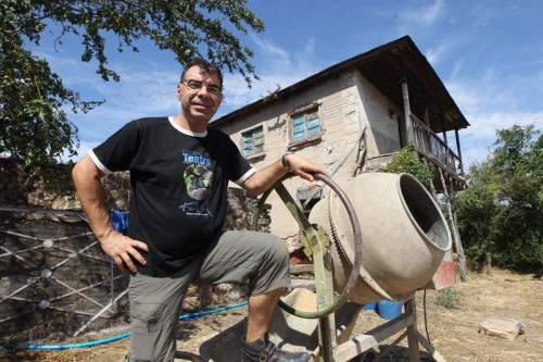 El actor y director teatral Raúl Gómez, en la casa que ha comenzado a restaurar en Borrenes. l. de la mata