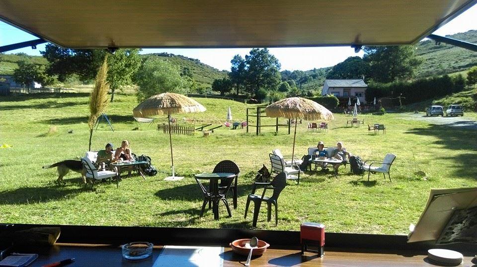 Terrazas de verano singulares en el bierzo labaniego rural for Piscinas fluviales leon