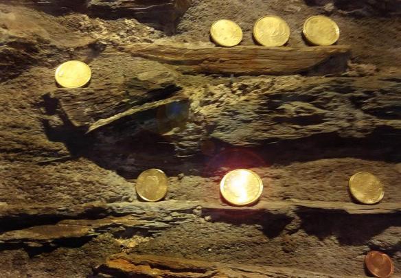 monedas en los muros